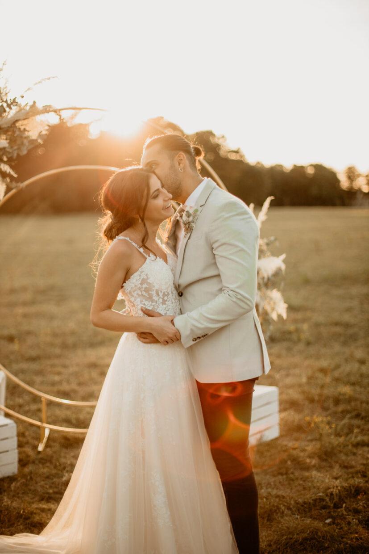 Flüsterndes Paar bei der Hochzeit
